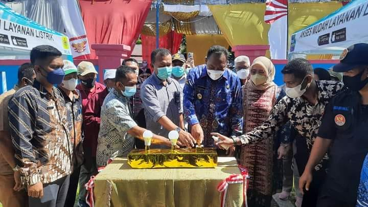 Bupati Usman Sidik, Resmikan Lampu 1x24 Jam Di Kecamatan Obi